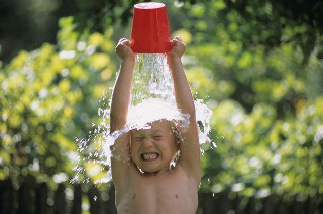 обливание ребенка холодной водой