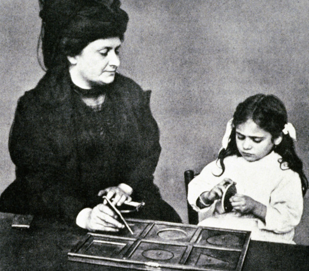 Мария Монтессори на занятиях