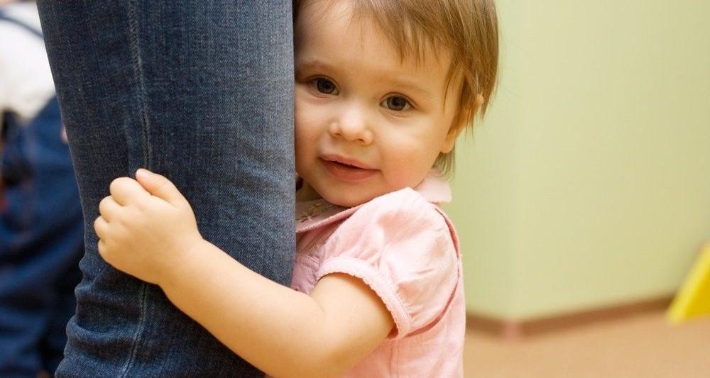 ребенок не отпускает маму