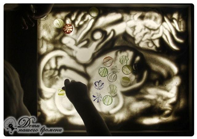 рисуем бабочек на песке с детьми