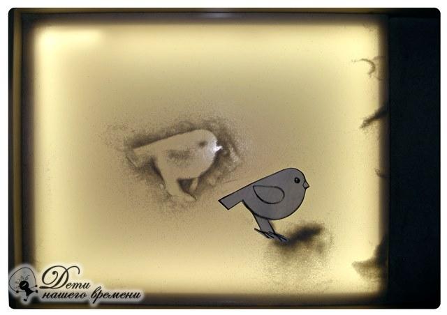 рисуем птицу на песке