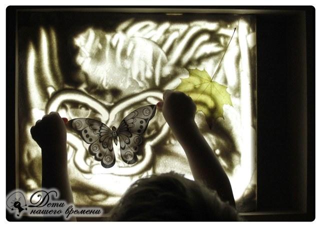 рисуем бабочку на песке