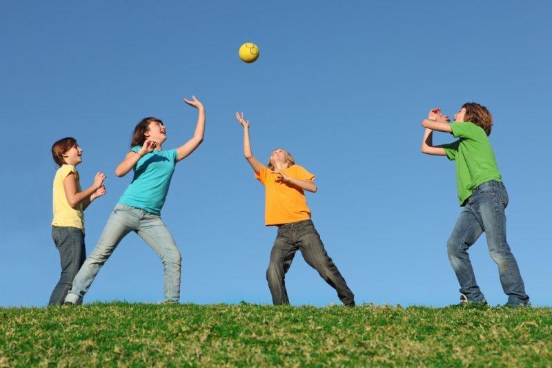 Игры с мячом: пятнашки, зевака и зайчик
