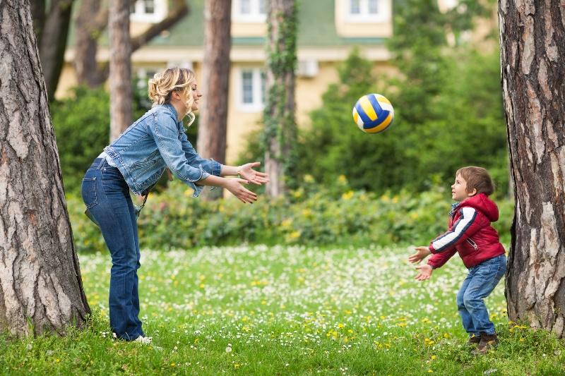 Простые игры с мячом на улице